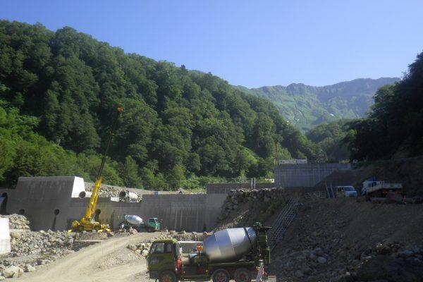 7/24(火)堰堤本体工のコンクリート打設風景です。